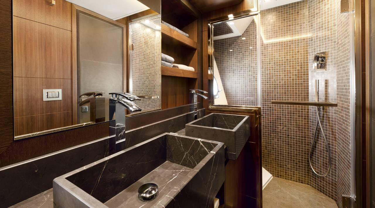 Owners cabin en suite bathroom MCY 65