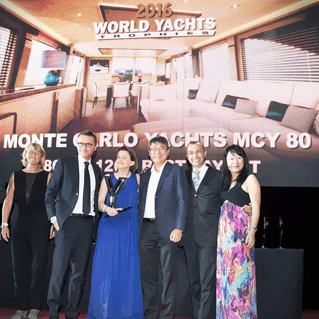 "Il MCY 80 vince il premio ""Best Layout"" nella categoria 80'-120' aI World Yacht TrophIes di Cannes."